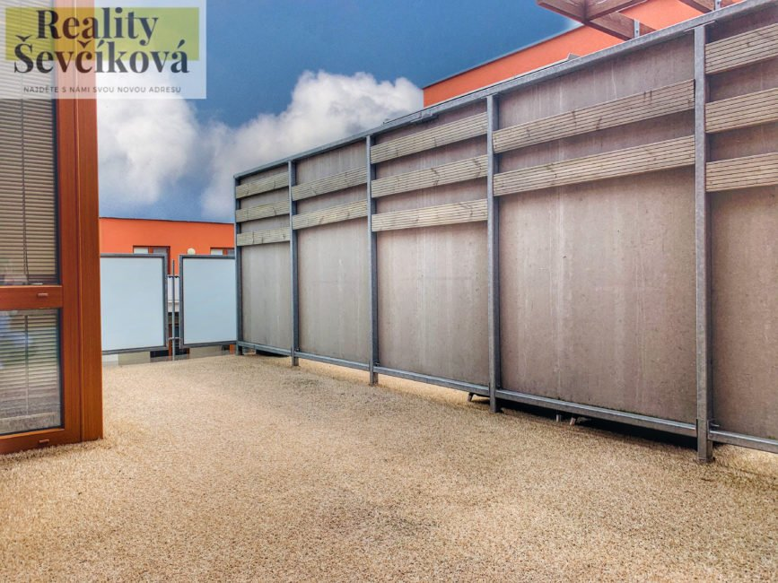 Pronájem 3+kk se dvěma terasami, klimatizací a parkováním, 74 m2 – K Meteoru