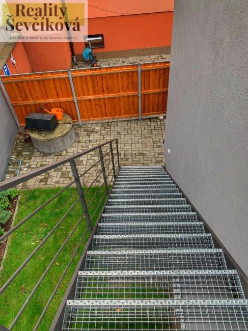 Pronájem industriálního loftu, 72 m2 s vlastní zahradou a parkováním – Pouchovská