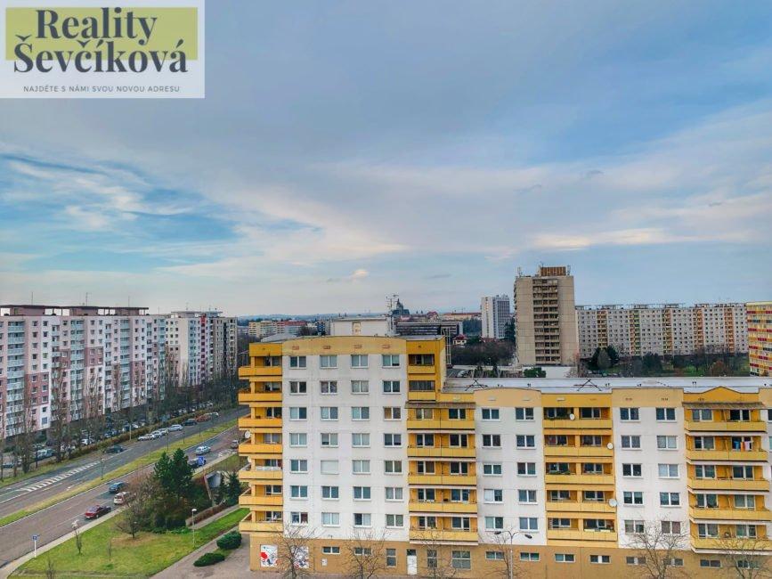 Prodej bytu 2+1 s komorou a třemi lodžiemi, 78 m2 – Kejzlarova