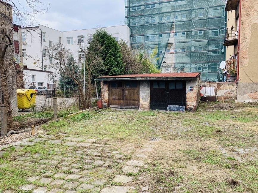 Prodej manipulační plochy se dvěma garážemi v širším centru HK, 225 m2 – Vocelova