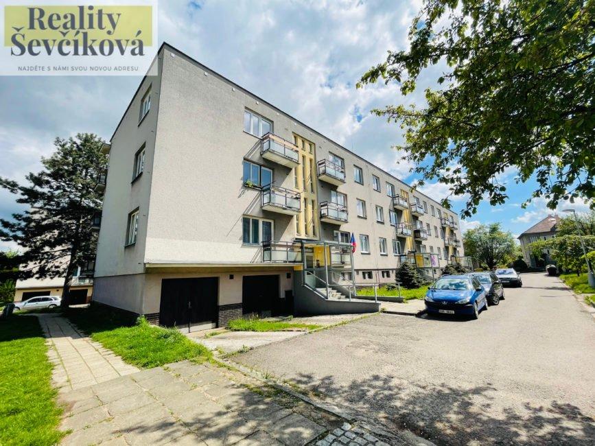 Pronájem 3+kk po rekonstrukci se dvěma balkóny a garáží – Jabloňová
